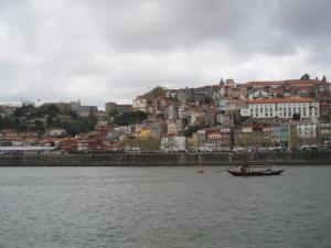 Τα πολύχρωμα σπίτια της Πόρτο, σε αντίθεση με τον μουντό καιρό